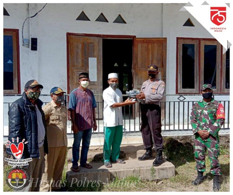 Polsek Sano Nggoang Bagikan Masker di Masjid Al-Hamid Werang