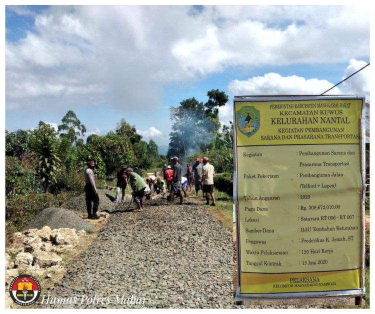 Pantau Pembangunan Jalan, Bhabinkamtibmas Polsek Kuwus Awasi Dana DAU Tambahan