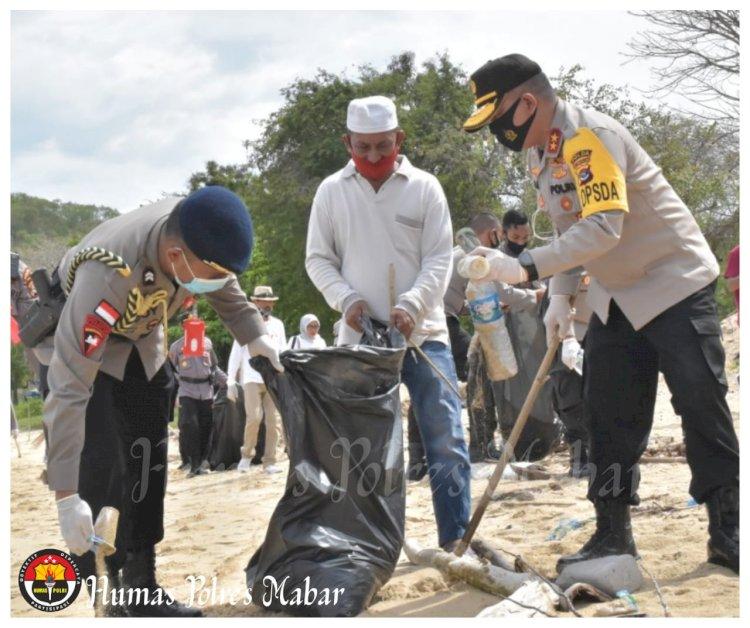 Peduli Lingkungan, Kapolda NTT Bersama Elemen Masyarakat Pungut Sampah di Pantai Pede Labuan Bajo