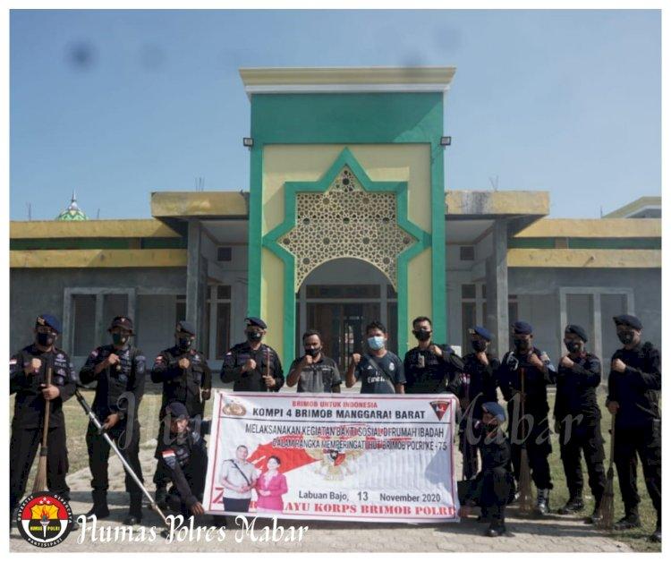 Sambut HUT Ke 75 Brimob Polri, Kompi 4 Batalyon B Pelopor Labuan Bajo Bersihkan Masjid