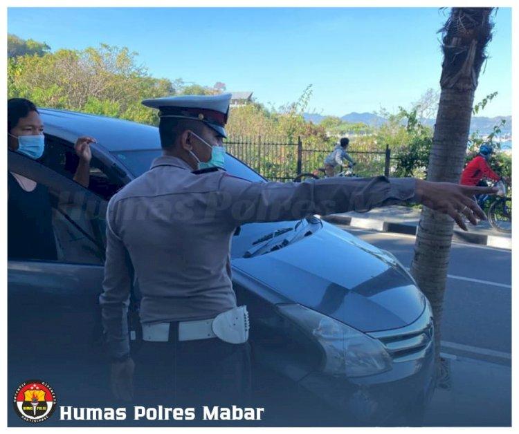 Satlantas Polres Manggarai Barat Tertibkan Kendaraan di Trotoar Depan Mawar Hotel Labuan Bajo