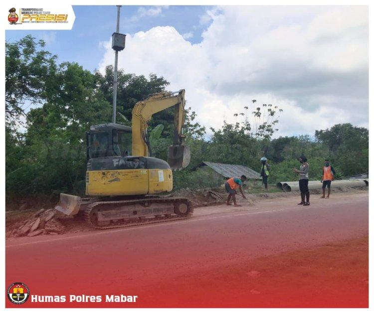 Satlantas Polres Mabar Bersama PT ANK Bersihkan Tumpahan Material Dari Truck Pengaduk Beton