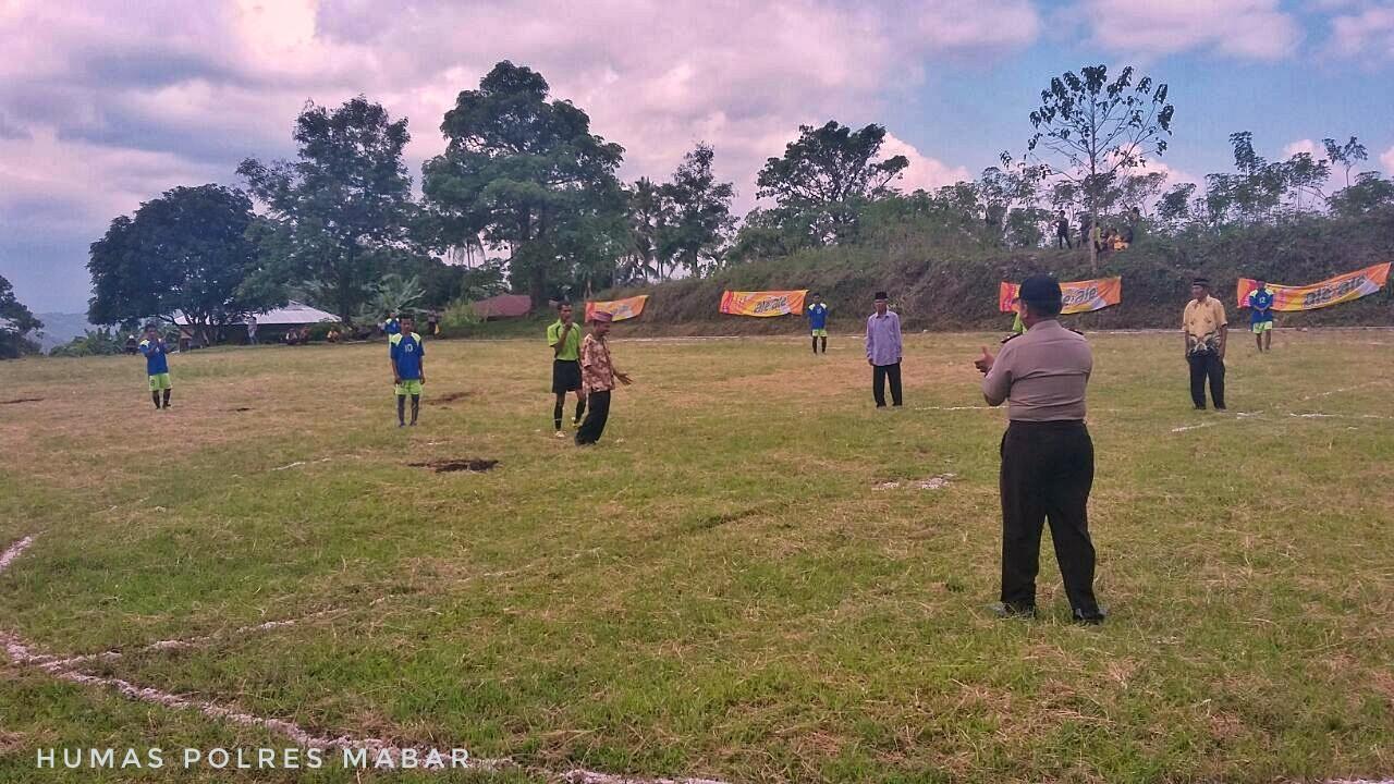 Kapolsek Sano Nggoang Polres Mabar Buka Secara Resmi Kegiatan Pertandingan Bola Kaki Dan Bola Volly Dalam Rangka HUT Sumpah Pemuda Ke-88