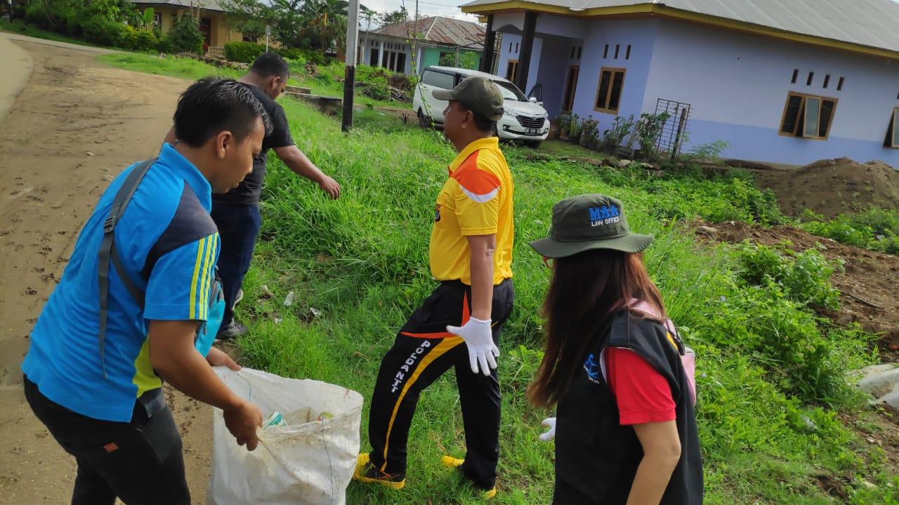 Berantas DBD, Anggota Polres Manggarai Barat Ikuti Kerja Bakti Bersihkan Pasar di Kota Labuan Bajo