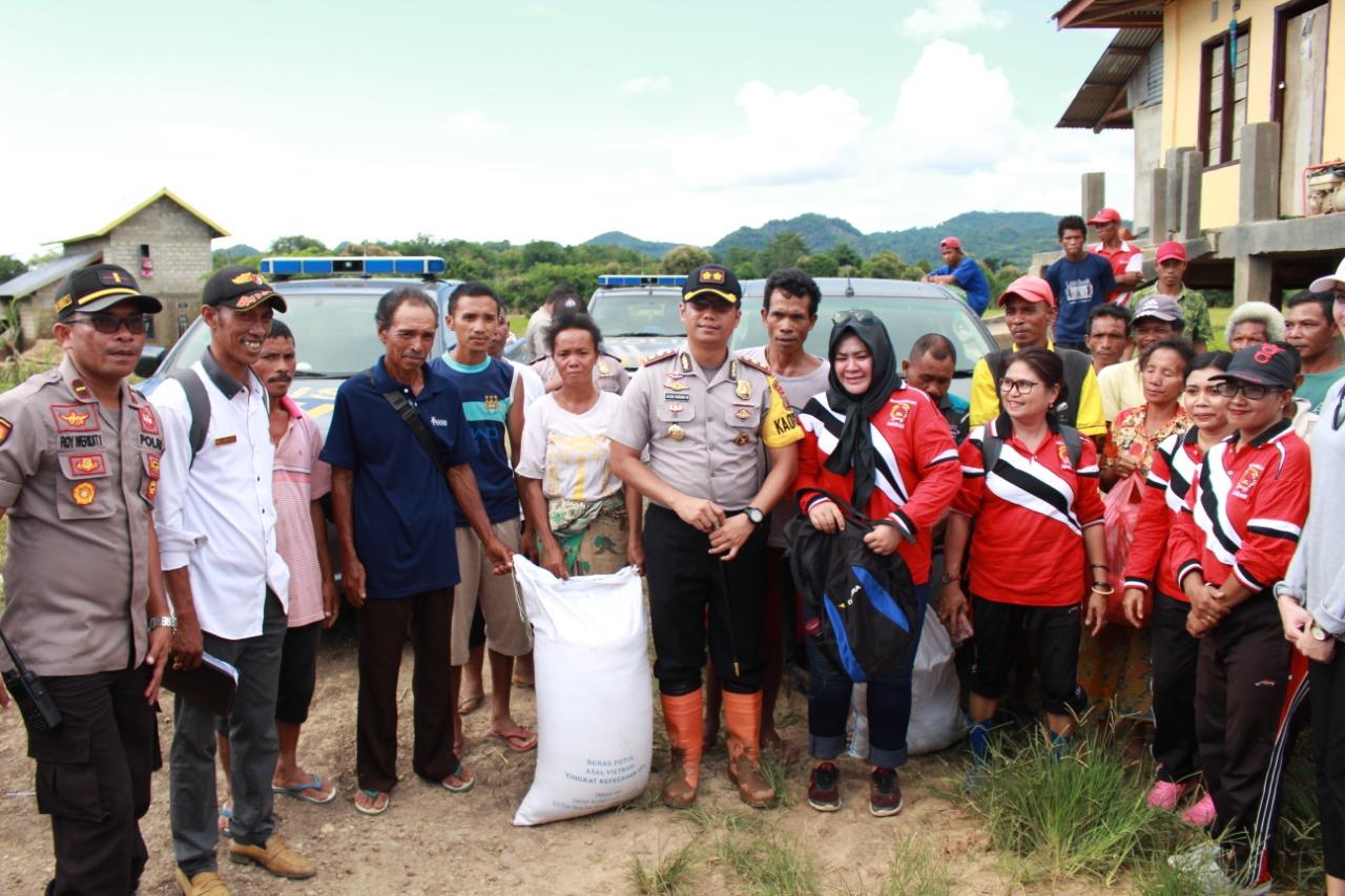 Ringankan Beban Korban Banjir, Polres Mabar Gandeng Komunitas Beri Bantuan Sembako