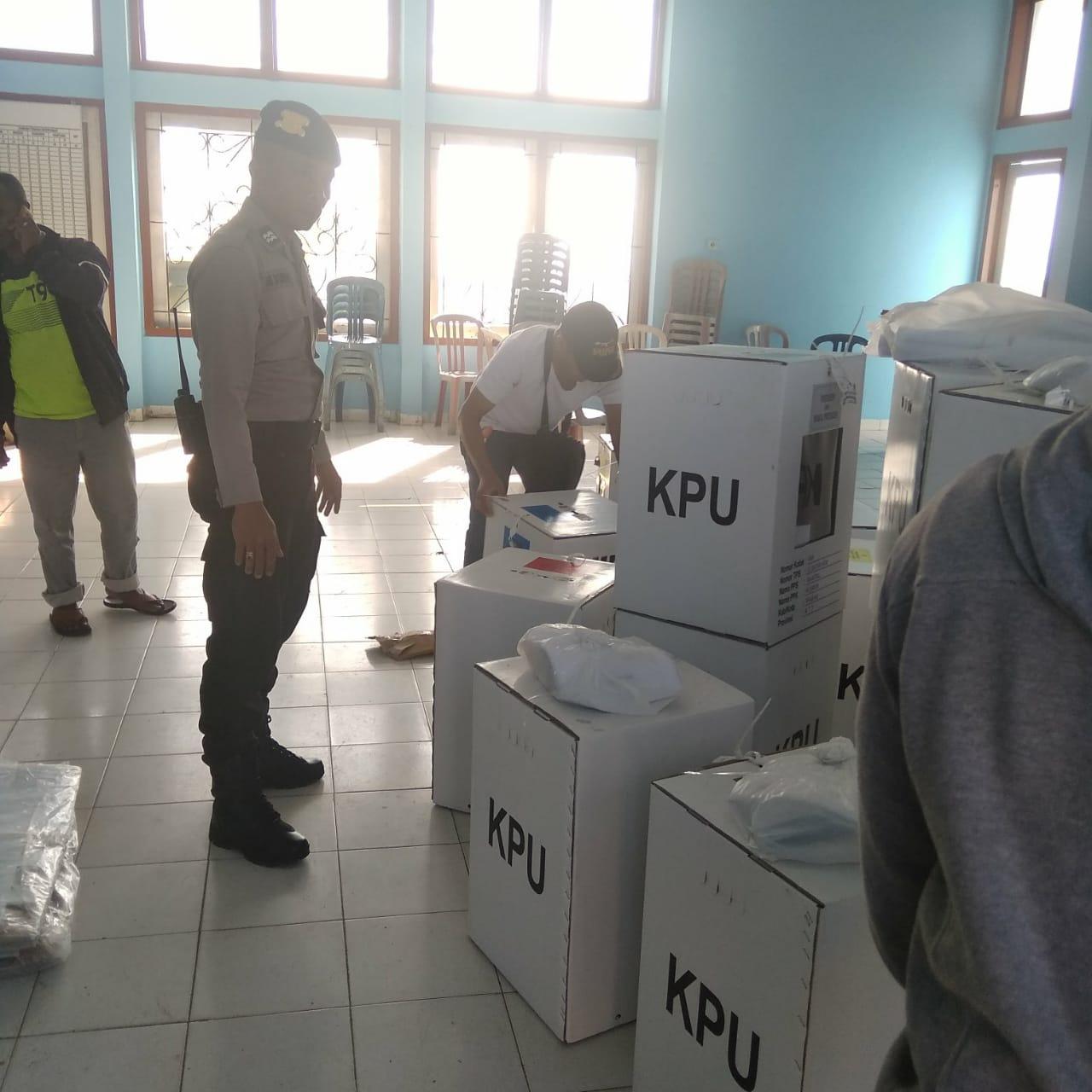 Polres Mabar Kawal Penyaluran Logistik Pemilu 2019 Ke Kecamatan Kuwus
