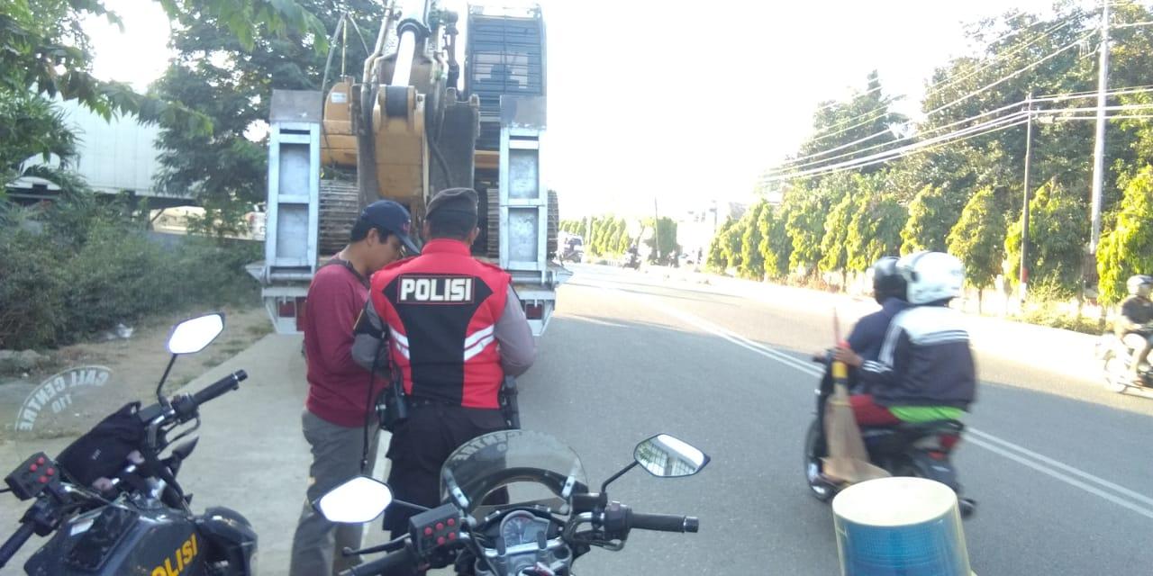Pengaturan Rutin, Personel Sabhara Tegur Pengendara Motor Tak Pakai Helm