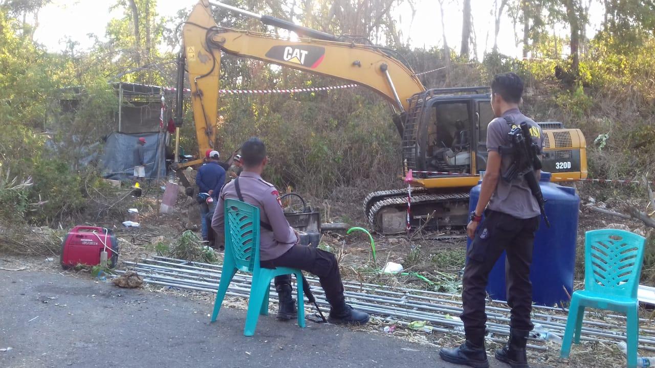 Proyek Jalan Baru, 3 Personel Polres Mabar Kawal Alat Berat Ke Desa Manjarite