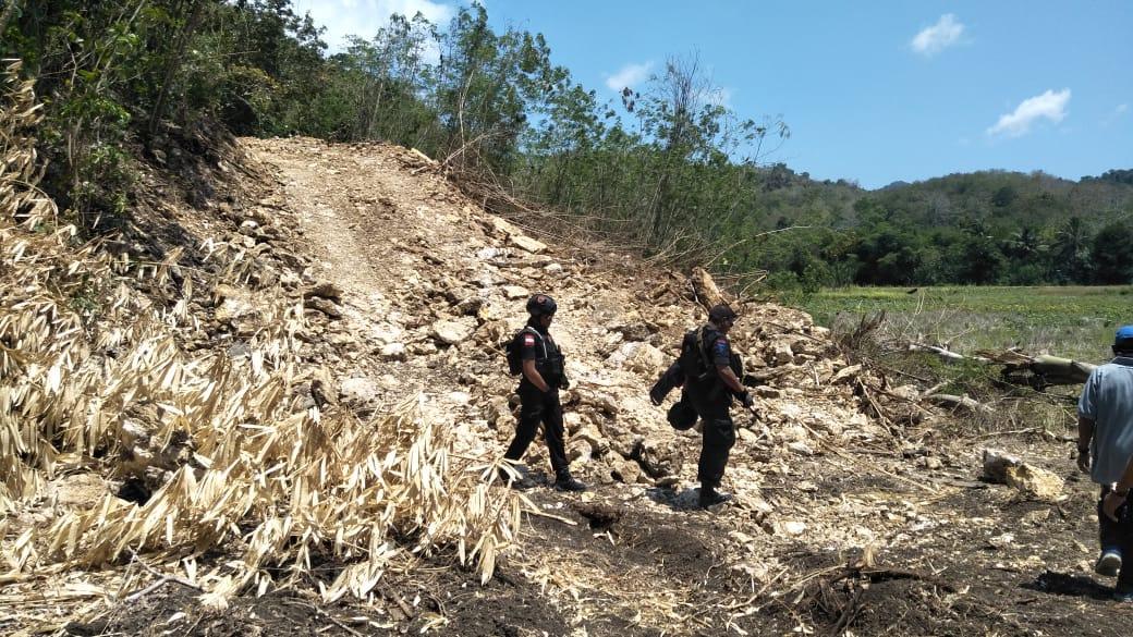 Personel Gabungan Amankan Pembersihan Tanah Jalan Baru Trans Pantura Labuan Bajo