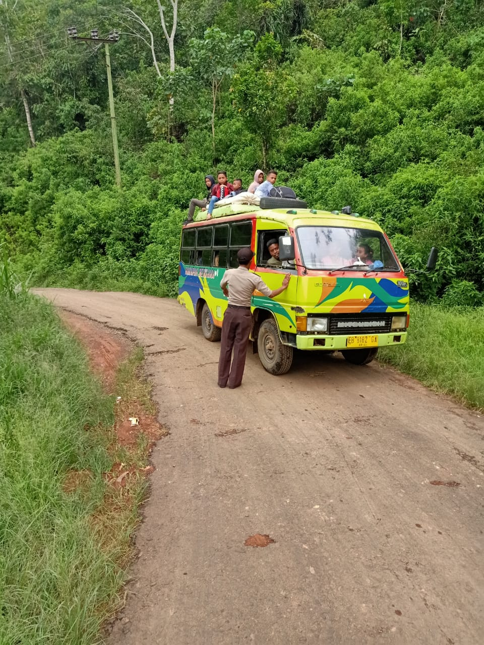Dukung Keselamatan Berlalu lintas, Polsek Kuwus Tegur Sopir Bus