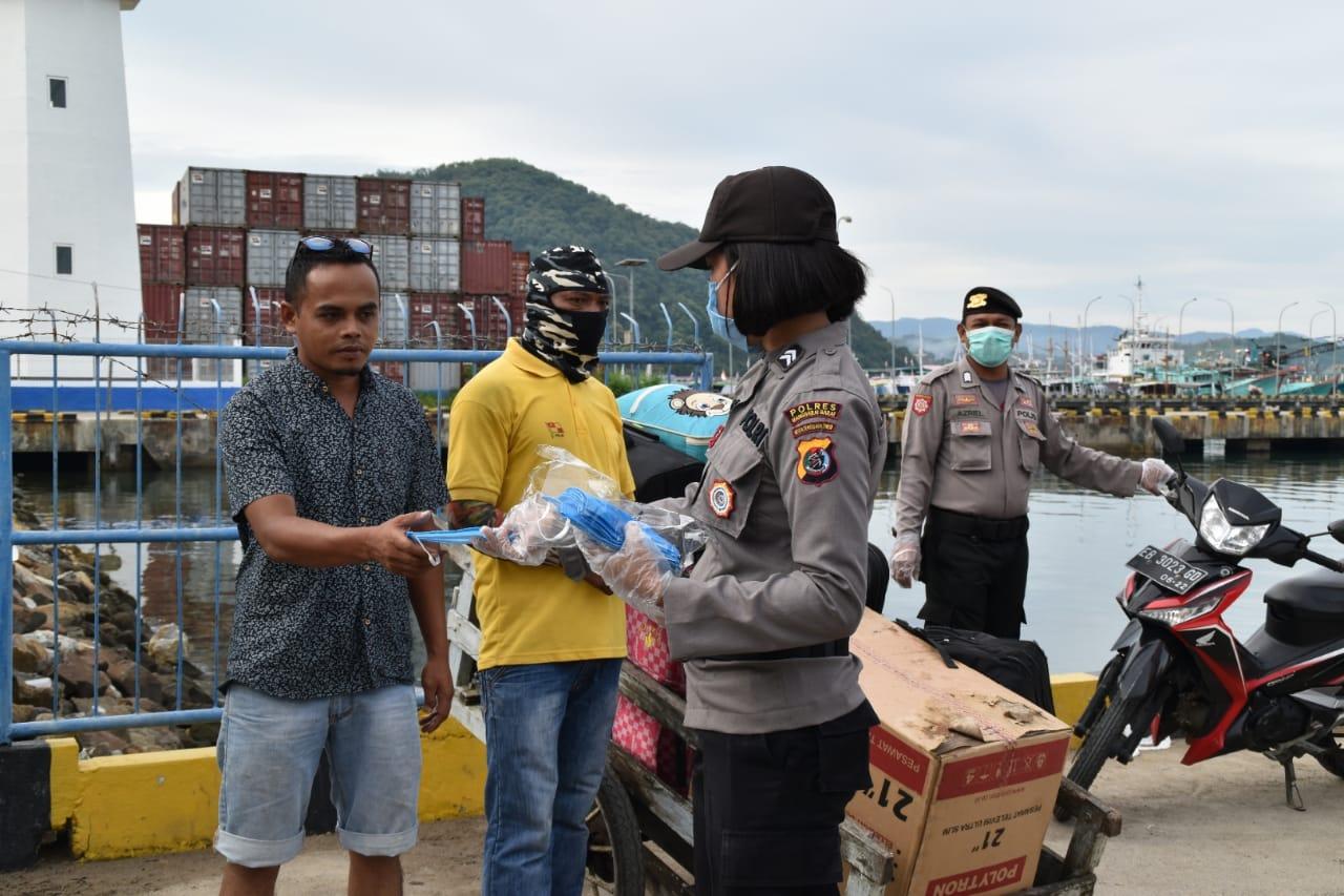 Cegah Virus Corona, Polwan Bagikan 500 Masker di Pelabuhan Pelni Labuan Bajo