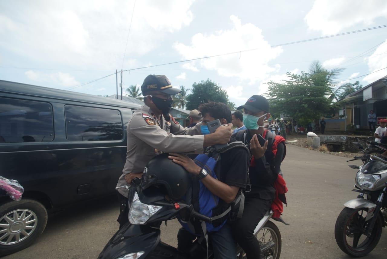 Hadapi Serangan Corona, Polsek Komodo Bagikan Ribuan Masker Untuk Masyarakat