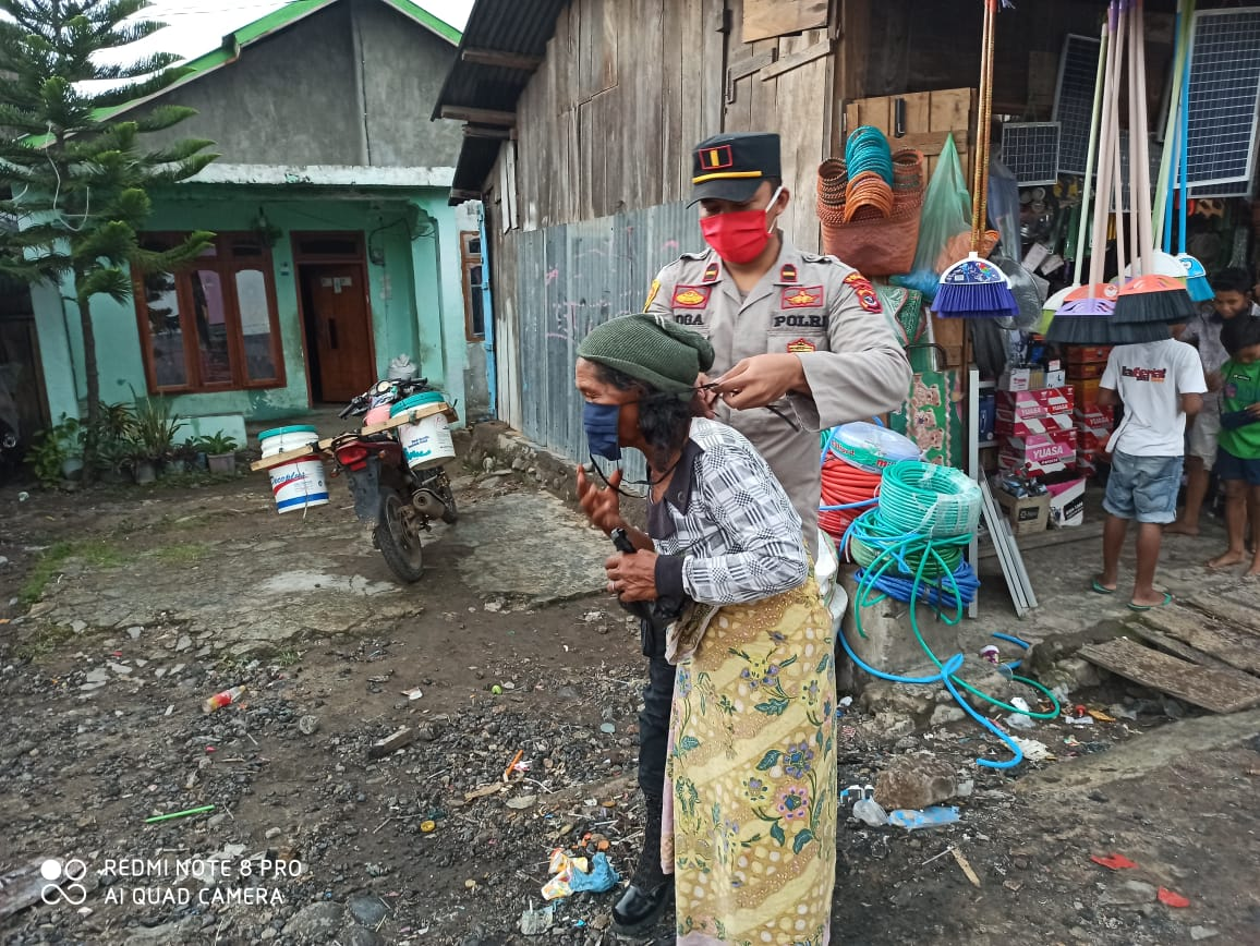 Polsek Lembor Bersama Bhayangakari Bantu Sembako dan Masker Kepada Warga